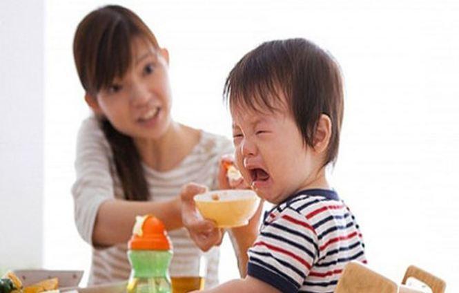 Trẻ xem tivi khi ăn sẽ rất mất tập trung